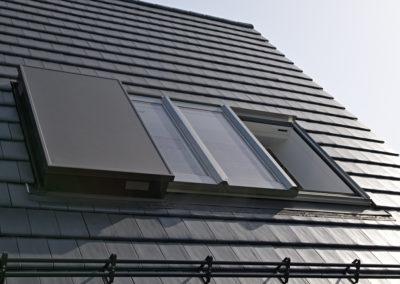 Roto Azuro Panorama-Dachfenster <br>Das Panorama-Dachfenster Azuro eröffnet mit seinem beeindruckenden Format von 2,60 x 1,70 m völlig neue Perspektiven unter dem Dach. Auf Knopfdruck gleiten die Fensterflügel elegant zwischen Dach und Sparren und geben die gesamte Fensterfläche frei.