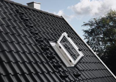 Dachausstieg<br> VELUX bietet eine Reihe von Dachausstiegen für bewohnte und unbewohnte Dachgeschosse. So kommen Schornsteinfeger und Zimmerleute bequem aufs Dach. Oft sind Dachausstiege als zweiter Rettungsweg sogar vorgeschrieben.