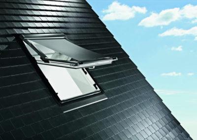 Roto Außenrollo Screen<br> Hält im Sommer die Sonne und damit die Wärme draußen. Den wirksamsten Wärmeschutz bekommt man, wenn man die Wärmestrahlung aufhält, bevor sie das Fenster erreicht. Das Außenrollo Screen hält bis zu 70% der Wärmestrahlung zurück.