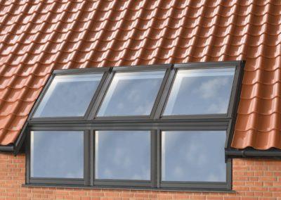 Fenster bis zum Fußboden <br>VELUX bietet auch Fenster an, die einen Übergang von der Fassade zum Dach herstellen, für eine Verglasung bis zum Fußboden auch im Dachgeschoss.