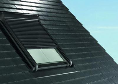 Roto Außenrolladen<br> Hält Licht und Wärme auf Wunsch zuverlässig draußen. Das Außenrollo gibt es auch mit Solarpanel und Fernbedienung.
