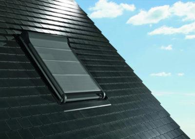 Roto Außenmarkise<br> Mit der Roto Außenmarkise halten Sie im Sommer bis zu 95% der Wärmestrahlung auf, bevor sie das Dachfenster erreicht, ohne den Raum stark zu verdunkeln!