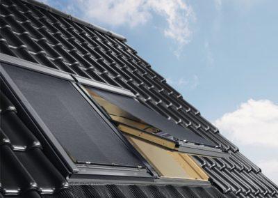 Hitzeschutz mit VELUX-Markisen<br> Für maximalen Hitzeschutz halten VELUX Markisen die Wärmestrahlung auf, bevor sie das Fenster erreicht, ohne den Raum zu stark abzudunkeln.