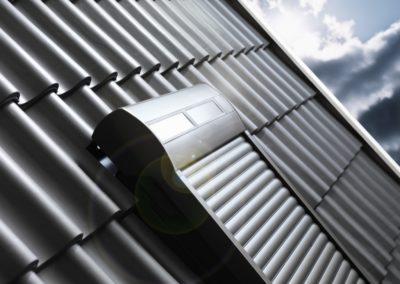 Solarrollo <br>Rollos bieten einen erhöhten Hitze-, Sicht- und Einbruchsschutz. In der Solarausführung ist das VELUX-Rollo per Fernsteuerung bedienbar und benötigt zur Montage nicht mal einen Stromanschluss!