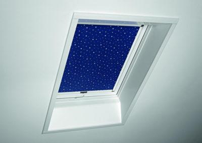 Roto Verdunkelungsrollo<br> Für ein dunkles Zimmer auch an hellen Sommertagen sorgen die speziell beschichteten Verdunkelungsrollos von Roto. Für kleine und große Sterngucker auch mit Nachthimmeldekor. Besonders empfehlenswert in Kombination mit einem Außenrollo für den Hitzeschutz.