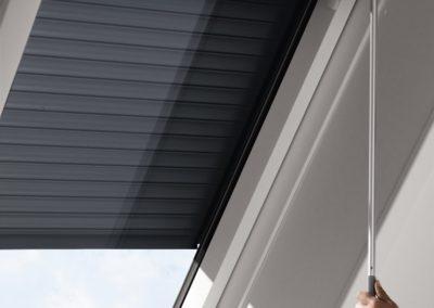 Rolläden mit Kurbel <br>Besonders für leicht zugängliche VELUX-Dachfenstern bietet sich ein Rollo mit manueller Bedienung an.