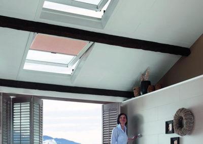 Elektrischer Antrieb <br>Dank elektrischer Antriebe für Fenster und Rollos und bequemer Steuerung per Fernbedienung oder Smartphone ergeben sich neue Möglichkeiten der Positionierung ihres Dachfensters.