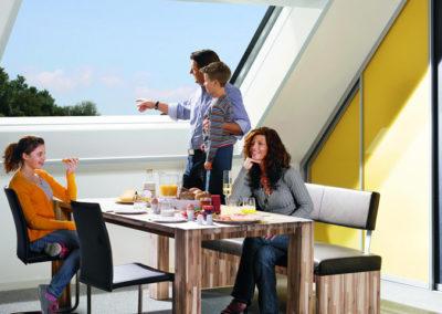 Das Roto Azuro Panorama-Dachfenster von innen<br> Genießen Sie echtes Balkonfeeling und ungestörte Sicht mit dem Roto Azuro Panorama-Dachfenster