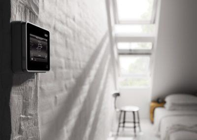 Smart Home mit VELUX<br> VELUX Integra® heißt die Lösung für alle, die ihr Haus intelligenter machen wollen. Darüber lassen sich alle kompatiblen VELUX-Produkte wie Fenster und Rolläden, aber auch Produkte anderer Hersteller zentral steuern und programmieren.