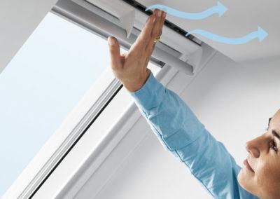 """Für eine Gesunde Raumluft <br>Das Lüftungssystem """"Balanced Ventilation"""" von Velux gewährleistet ausreichend Frischluft und kann bei neueren VELUX-Fenstern auch problemlos nachgerüstet werden. Bei höherem Winddruck wird die Luftzufuhr automatisch gedrosselt, um Zugluft zu vermeiden. Und das alles rein mechanisch, ohne Strom!"""